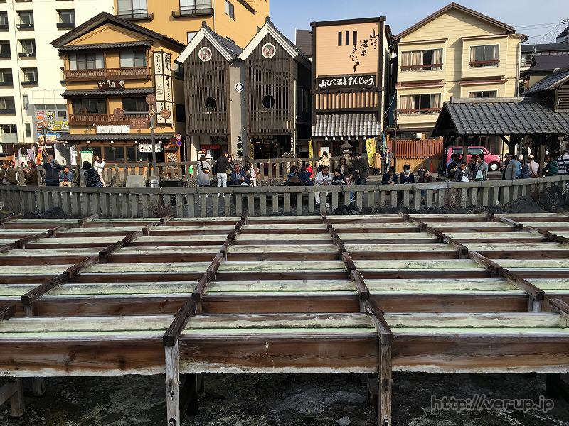 草津温泉の湯畑を囲むお店