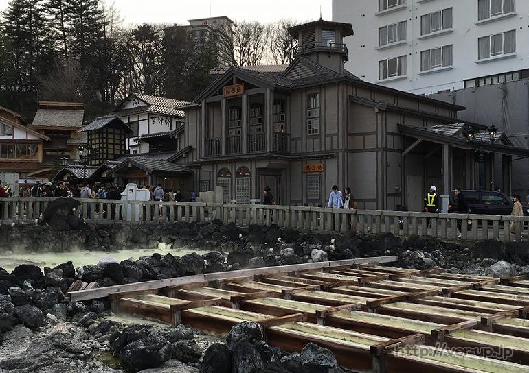 草津温泉の湯もみショー行列