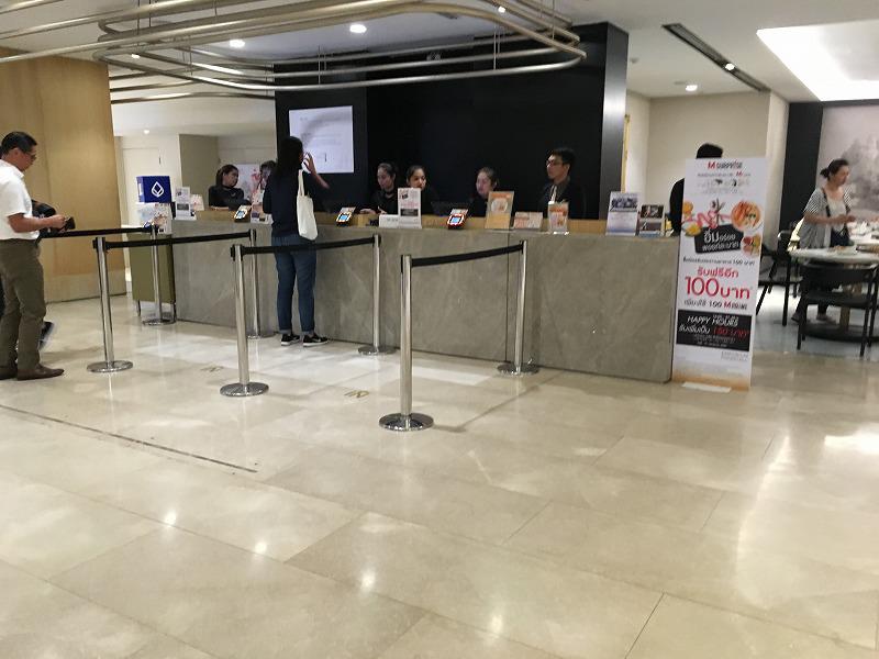 タイ バンコクのEMPORIUMのフードホールチャージカウンター