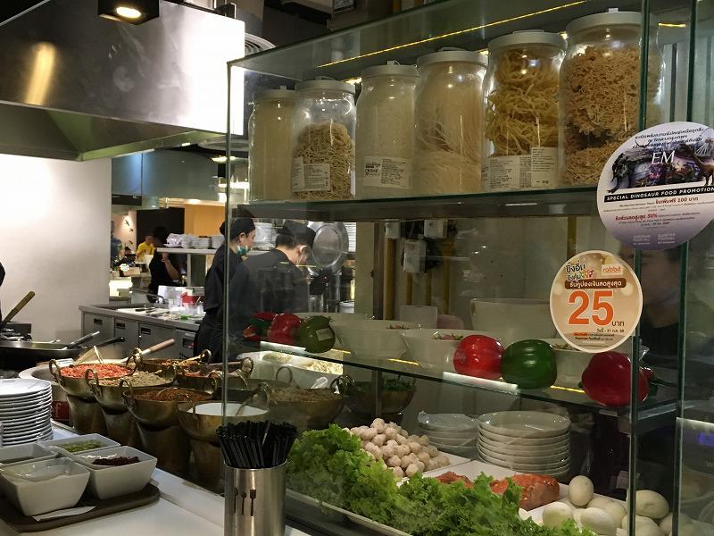 カウンターでTom Yum noodles soup with pork(トムヤム麺)を注文