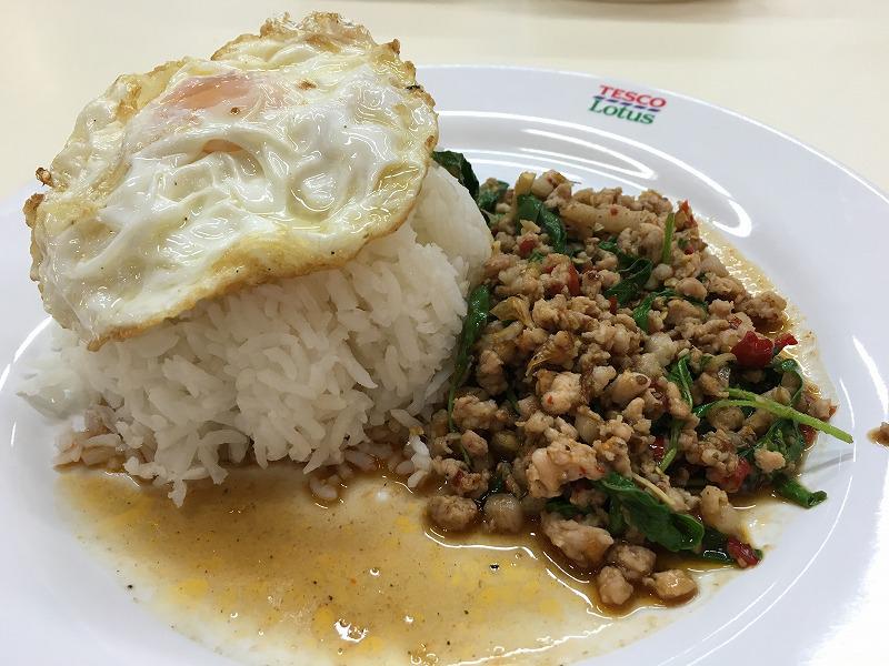 タイ バンコクのショッピングモールLotusのRice topped with stir-fried pork and basil + fried egg(ガパオライス)